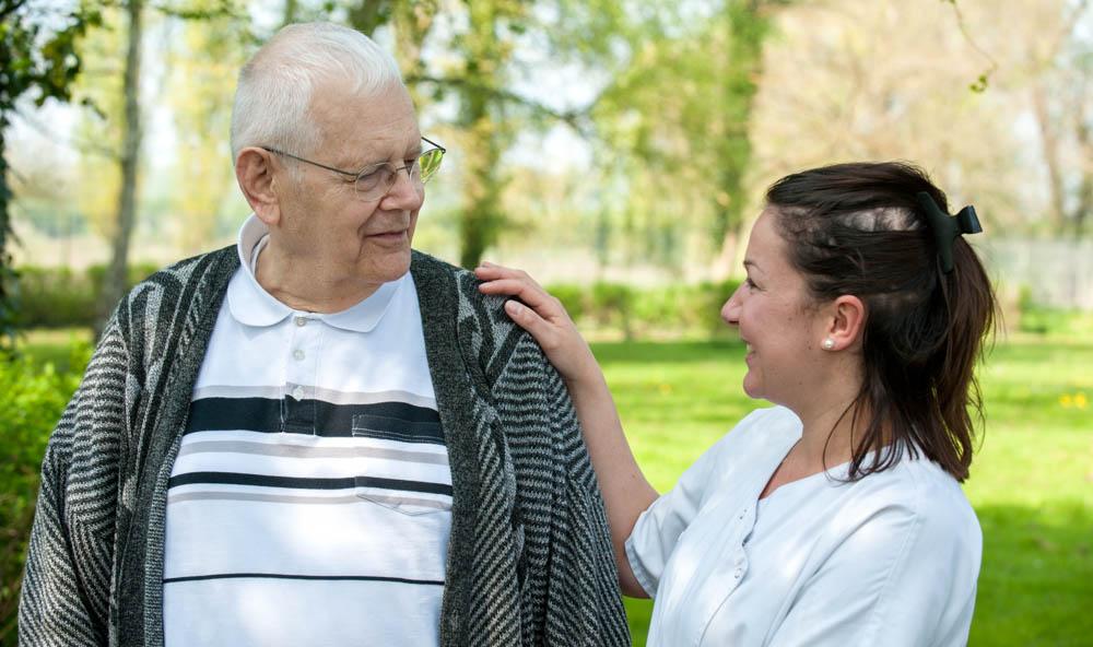 résidant et aide-soignante
