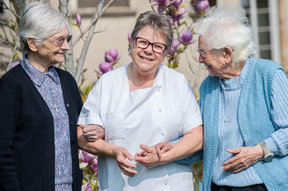 Une infirmière et deux résidantes
