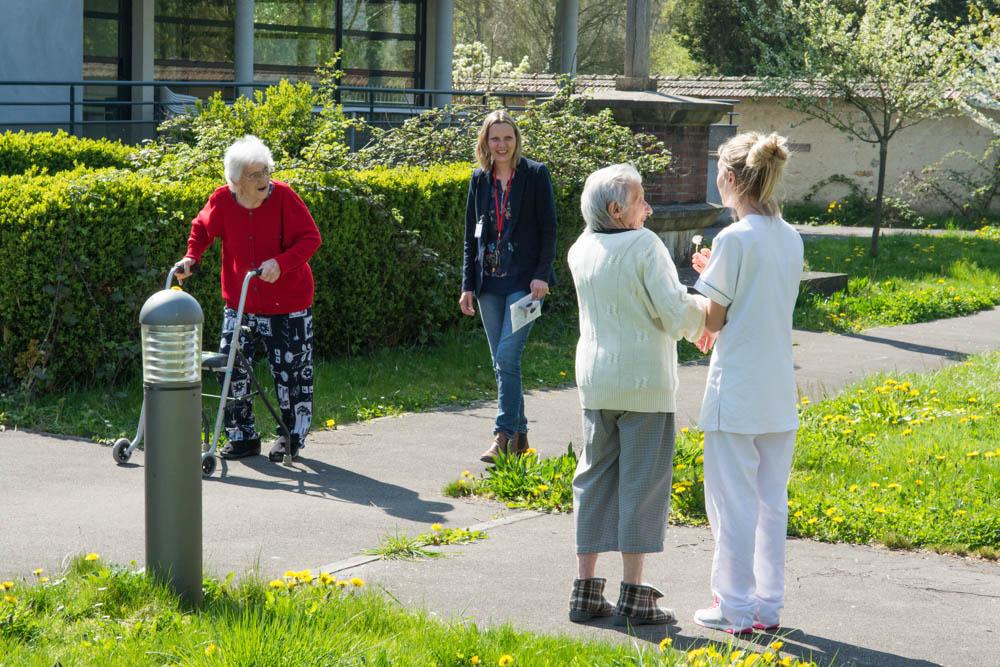 Dans le jardin de l'unité Alzheimer