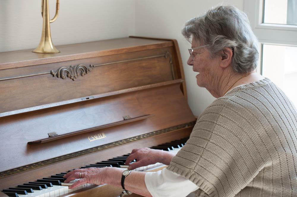 Une résidante joue au piano de l'établissement