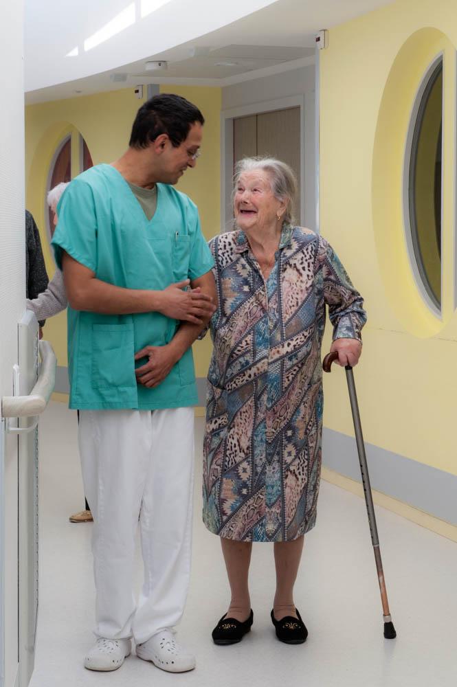 Promenade au bras d'un aide-soignant