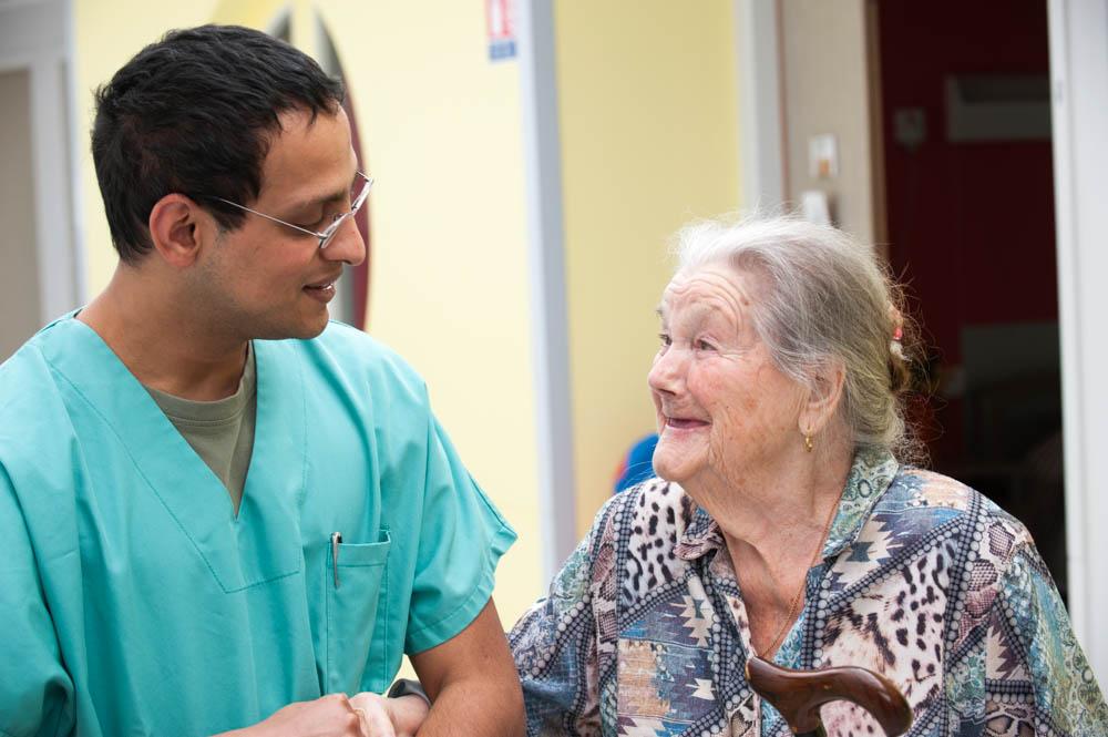 Résidante et aide-soignant