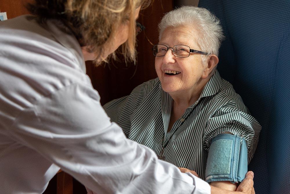 Une résidante en conversation avec l'infirmière